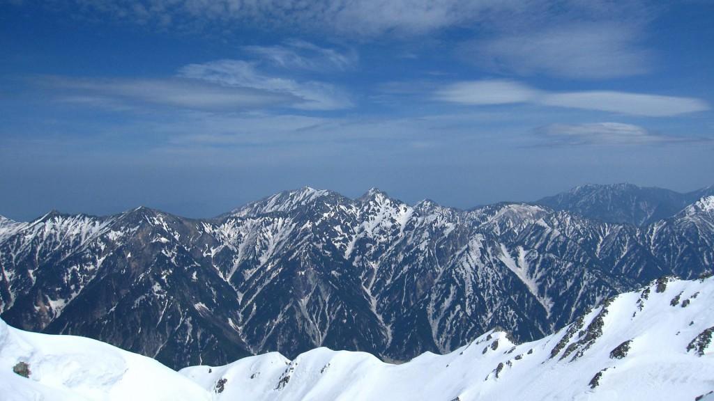 立山山頂から後立山連峰を見る