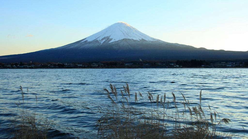 河口湖から富士山を望む