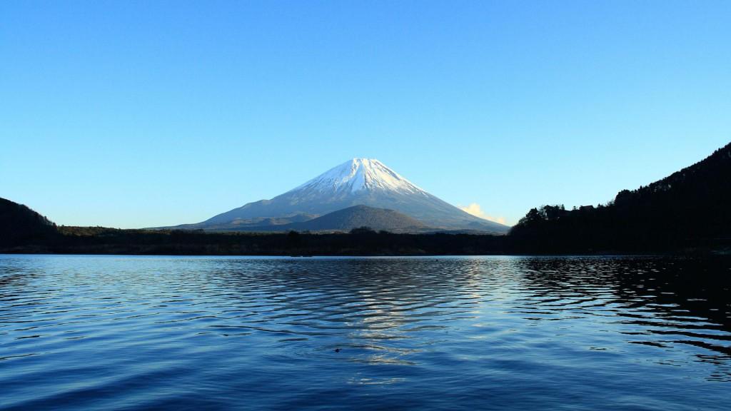 精進湖から富士山を望む