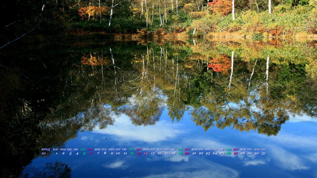 池に写る青空と紅葉