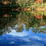 2013年10月カレンダー壁紙(池に写る青空と紅葉)1920x1080ワイド壁紙
