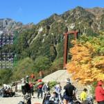 登山者で賑わう横尾大橋