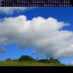 秋の草原に湧き上がる雲