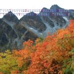 前穂高岳と紅葉の木々