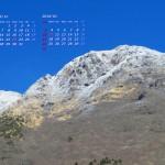青空に薄雪をまとった冬の由布岳