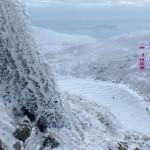 天狗ヶ城山頂から氷結の御池を見下ろす(厳冬期九重連山)