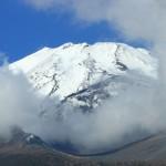 ガスの中から姿を現した富士山