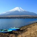 山中湖畔から富士を望む